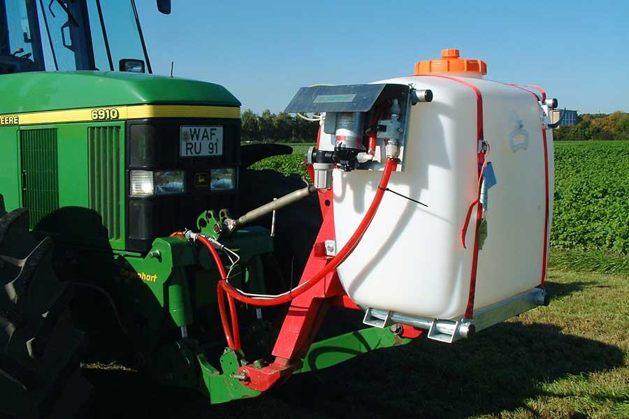 Dosiergerät und Siliermitteltank am Traktor montiert, © ballensilage.com