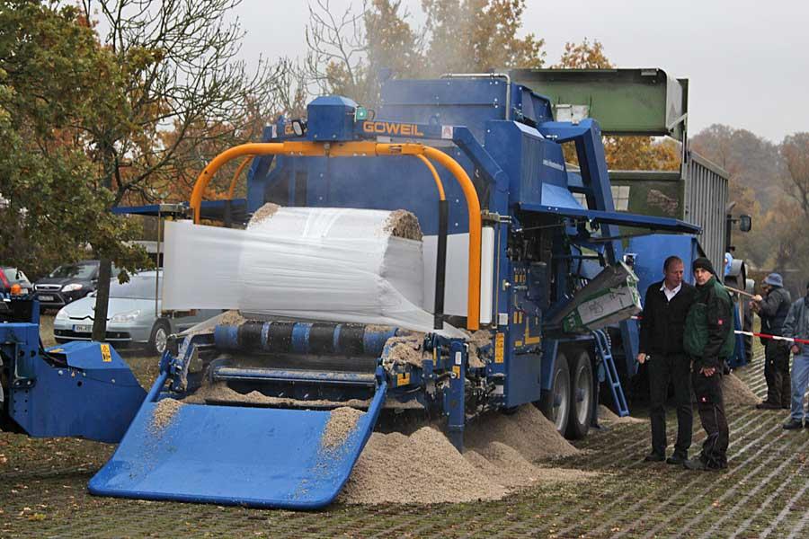 Zuckerrüben-Pressschnitzel zu Siloballen pressen, © ballensilage.com