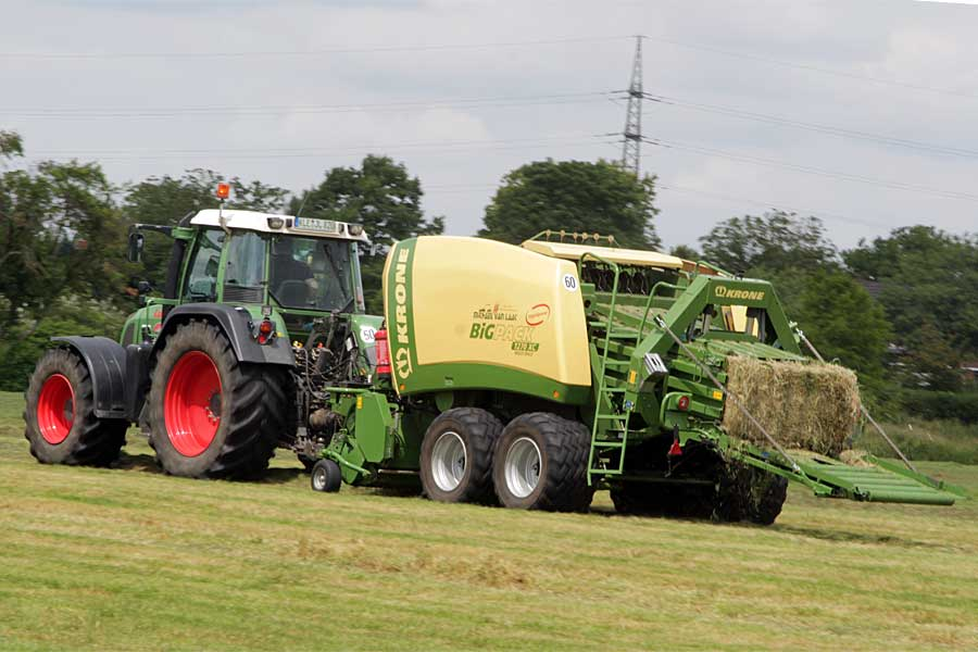 square baler in action, © balesilage.com
