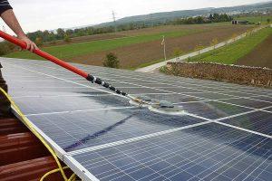 Reinigung einer Photovoltaikanlage, © DLG