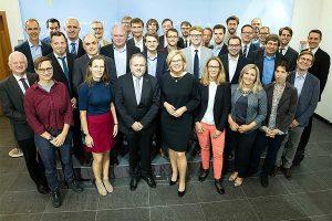 """Bundesministerin Julia Klöckner mit den Mitgliedern des Kompetenznetzwerks """"Digitalisierung in der Landwirtschaft"""", © BMEL"""