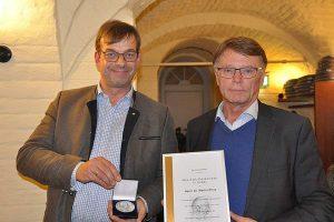 Preisverleihung an Dr. Martin Pries (rechts) durch Hubertus Paetow, © DLG