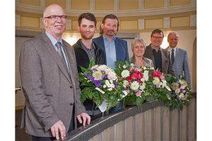 Journalistenpreis 2019 für Nico Schnurr (2.v.l.), Marc Hagedorn (3.v.l.), Angelika Hillmer (3.v.r.) und Lothar Bluhm (2.v.r.). Es gratulierten Kammerpräsident Gerhard Schwetje (l.) und Kammerdirektor Hans-Joachim Harms (r.), © LWK NDS, Wolfgang Ehrecke