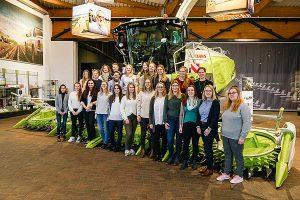 Die Studentinnen besichtigten neben der Produktion auch die Maschinenausstellung im Technoparc, © Claas