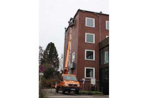 Anbringung der Mauerseglerkästen am Gebäude der LWK, © Nabu Oldenburg/M. Voßkuhl