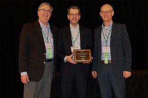 Mark Benishek (AEF Secretary), Norbert Schlingmann (AEF General Manager) und Peter van der Vlugt (AEF Chairman) nahmen den AE50 Award für TIM in Louisville, Kentucky entgegen, © Fendt