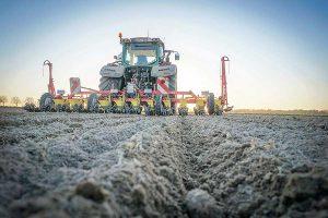 Eine optimale Aussaat setzt den ersten Grundstein für eine ertragreiche Zuckerrübenernte im Herbst. Die meisten landwirtschaftlichen Betriebe in Niedersachsen haben diese Frühjahrsaufgabe bereits gemeistert, © Gerald Burgdorf