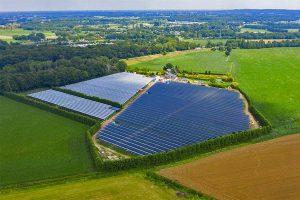 Luftbild Piet Albers fruit farm in Babberich, Niederlande: Mit einer Fläche von 3,2 Hektar ist die AgriPV Anlage in Babberich aktuell die größte in Europa., © BayWa r.e.