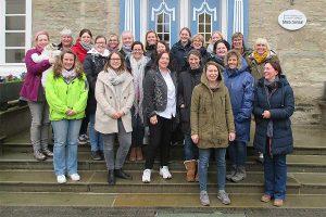 Die Teilnehmerinnen und Teilnehmer der Lehrgänge Bauernhof-Erlebnispädagogik 2020, © LWK Nordrhein-Westfalen