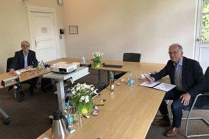 Prof. Ewert (ZALF) und Prof. Ordon (JKI) unterzeichnen am 25.5.21 den neuen Kooperationsvertrag zwischen beiden Agrarforschungseinrichtungen. © H.Beer/JKI