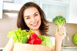Frau mit Gemüsetüte, © PantherMedia / SubbotinaA