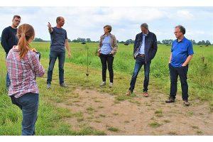 Milchviehhalter Joachim Niemann (3. von links) führte die Projektbeteiligten über seinen Hof, © Nina Schütte