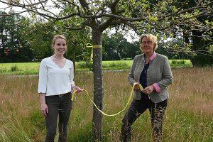 Landwirtschaftsministerin Barbara Otte-Kinast und Maren Meyer, Fachreferentin für Ernährung im ZEHN rufen zur Ernte an Obstbäumen mit dem Gelben Band vom ZEHN auf, © ZEHN